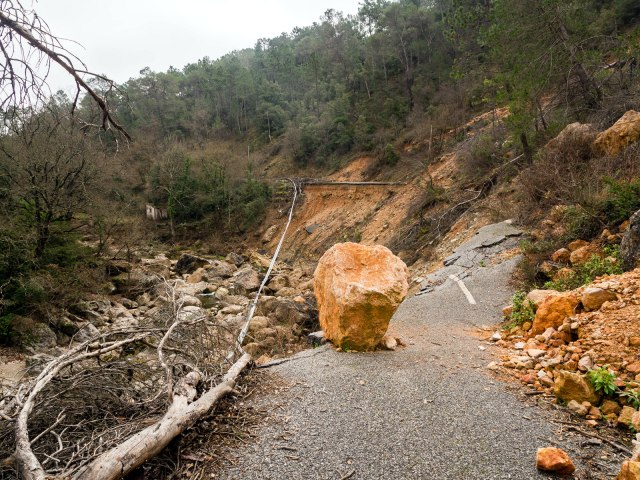The major landslide. The sliver ribbon in the the centre is the remains of the crash barrier.