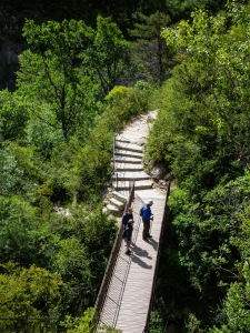 The start of the walk down steps and across a tributary of the Verdon