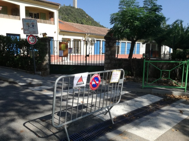 The road round the primary school in Taradeau is blocked off