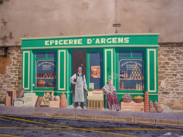 No, not a real shop, but a trompe l'oeil.