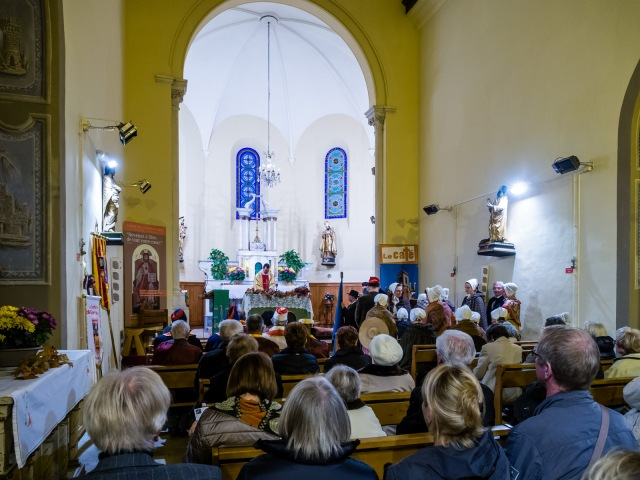 The Provençal ensemble are at the front of the church on the right.